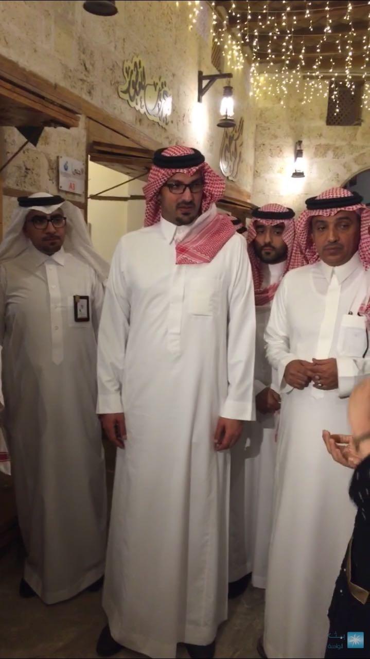 سعود بن خالد بن الفيصل يزور سوق الليل بمحافظة ينبع ويلتقي بالأسر المنتجة